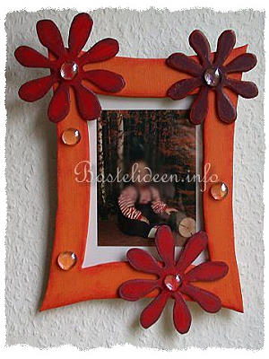 basteln mit kindern herbst und halloween laubsaegearbeit bilderrahmen mit blumen. Black Bedroom Furniture Sets. Home Design Ideas
