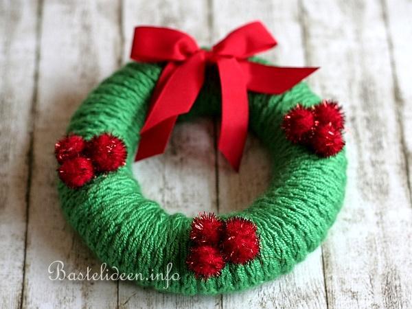Basteln zu weihnachten einen weihnachtskranz mit for Strickliesel basteln